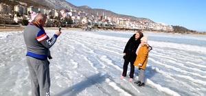 Yazın yüzdükleri plajda kışın buzların üzerinde yürüdüler