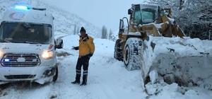 Kardan yolu kapanan köydeki hasta kurtarıldı