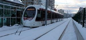 Tramvay kar engelini aştı