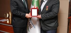 Belediye Başkanı Rıdvan Fadıloğlu'na teşekkür plaketi