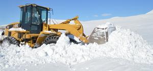 Dondurucu soğukta köy yollarını açıyorlar