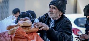 Maaşını Suriyeli ailelere harcıyor