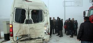 Sivas'ta tırla servis minibüsü çarpıştı: 19 yaralı