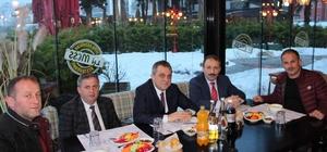 Karla mücadele çalışmalarına katılan personeli ile yemekte buluştu