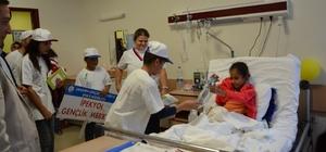 Gençlerden kanser hastalarına moral ziyareti