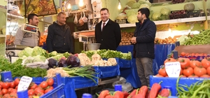 Başkan Yılmaz, sebze satıp projeleri anlattı