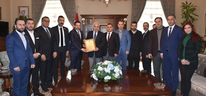 Vali Güvençer'e MİDDER onursal üyelik belgesi