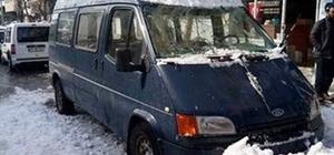 Kar kütleleri araçlara zarar verdi