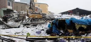 Validen çöken çatıdaki karı temizlemeyen belediye görevlilerine tepki