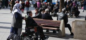 """Engelli eşini hem """"gönlünde"""" hem de """"sırtında"""" taşıyor"""