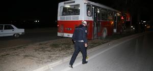 Adana'da halk otobüsü ağaçlara çarptı: 3 yaralı