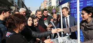 Büyükşehir Belediyesi, Sevgililer Günü'nü 2 bin karanfil ve fular dağıtarak kutladı