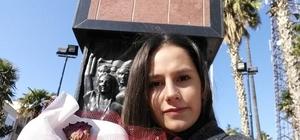 Genç üniversiteli en sevdiği çiçeği Atatürk'e götürdü