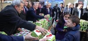 Çocuklara elma dağıtıldı