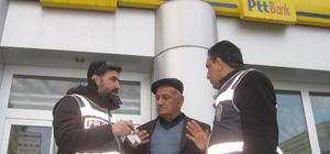 Yaşlı adamı telefonla dolandırılmaktan polis kurtardı