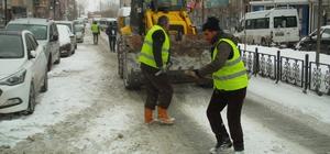 Özalp Belediyesinden yol tuzlama çalışması