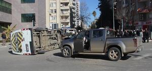 Engelli öğrencileri taşıyan servis kamyonetle çarpıştı: 9 yaralı