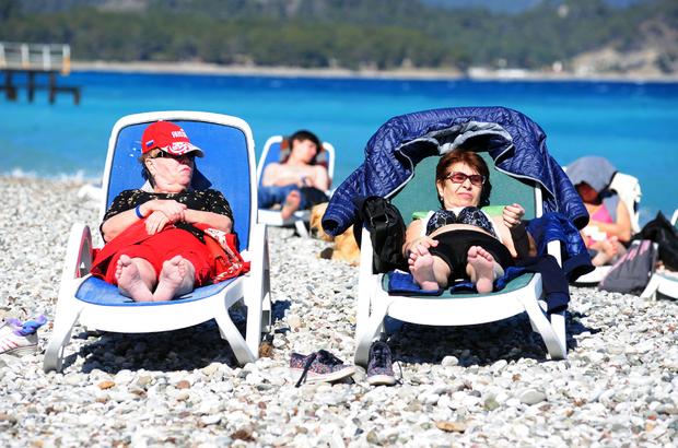 Antalya'da turistler denize girdi
