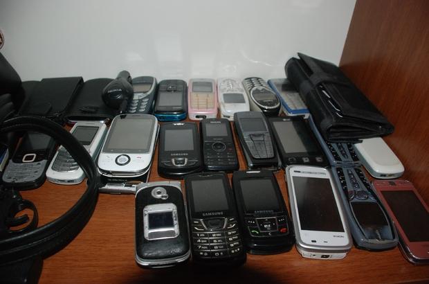 Unutulan eşyalar arasında çok sayıda cep telefonu var