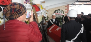 Babasının cenazesini akıllı telefondan izledi