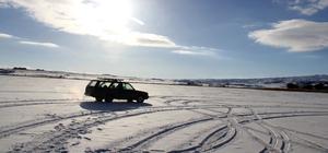 Buz tutan gölde otomobille gezinti