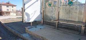 Sungurlu'da Otobüs Durakların Camları Kırıldı