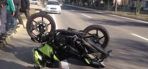 Motosiklet otomobile arkadan çarptı