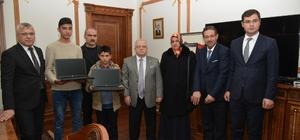 Vali, şehit Ahmet Taş'ın kardeşlerine laptop hediye etti