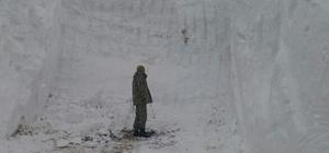 Dağlıca üs bölgesinde karla mücadele çalışması