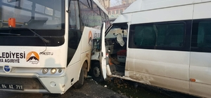 Ağrı'da öğrenci servisi ile belediye otobüsü çarpıştı: 14 yaralı