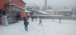 Karbasan köyüne cemreyle birlikte kar düştü