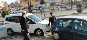 Kaldırım önünde yayaların geçişine engel olan araçlara ceza yazıldı