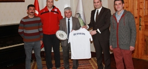 Genç Kafkars Spor Başkanı Bayramoğlu'ndan Vali Doğan'a forma