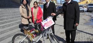 Kaymakam Öztürk'ten başarılı öğrenciye bisiklet
