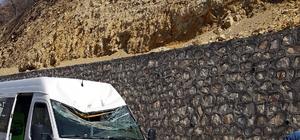 Polis kontrol noktasında minibüsün üzerine taş düştü: 1 yaralı