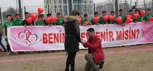 Antrenör'den Yeşil Sahada Evlilik Teklifi