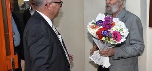 Başkan Eşkinat'tan duayen gazeteciye 50. yıl sürprizi