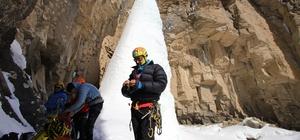 Dağcılar Van'da buzul şelalesine tırmandı