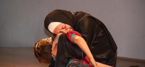 Suriyeli çocuklar yaşadıklarını tiyatro oyunuyla anlattı