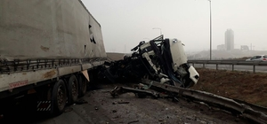 Bariyere çarpan tırın sürücüsü öldü