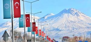 Aksaray Belediyesi, şehrin girişlerini ay yıldızlı Türk bayraklarıyla donattı