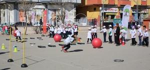 Öğrenciler beceri parkurlarında eğlenerek, spor yapıyor