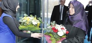Başörtüsü mağduru 22 yıl sonra çiçeklerle karşılandı