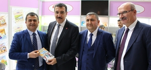 Ağrı'nın kültür temsilcisi eğitimci yazar Ferzende Tanışır İstanbul Tüyap fuar merkezinde