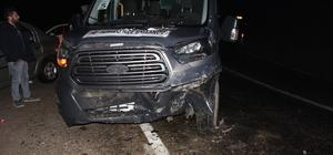 Yolcu minibüsüyle otomobil çarpıştı: 4 yaralı