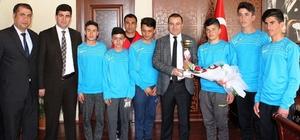 Türkiye birincisi öğrencilerden Kaymakam Yaşar'a ziyaret