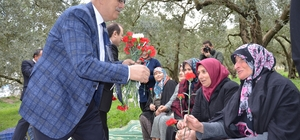 Başkandan kadınlara zeytin tarlasında çiçek