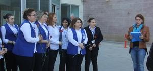 Sağlık çalışanı kadınlar Dünya Kadınlar Günü için hastane önünde toplandı
