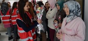 Türk Kızılayı gönüllülerinden kadınlara karanfil
