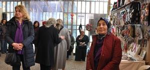 Kadınlar el emeği ürünlerini satarak ayakta duruyorlar